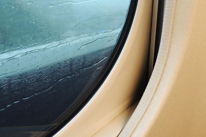 雨雫が打ち付ける車窓