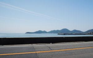 国道から眺める海(山口県光市室積)