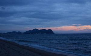 海の向こうに灯る街(山口県光市室積 室積海岸)