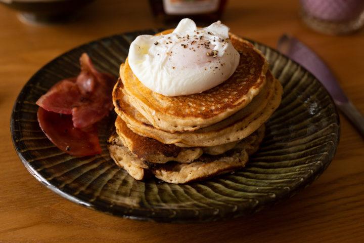 小鹿田焼とエッグベネディクトパンケーキ